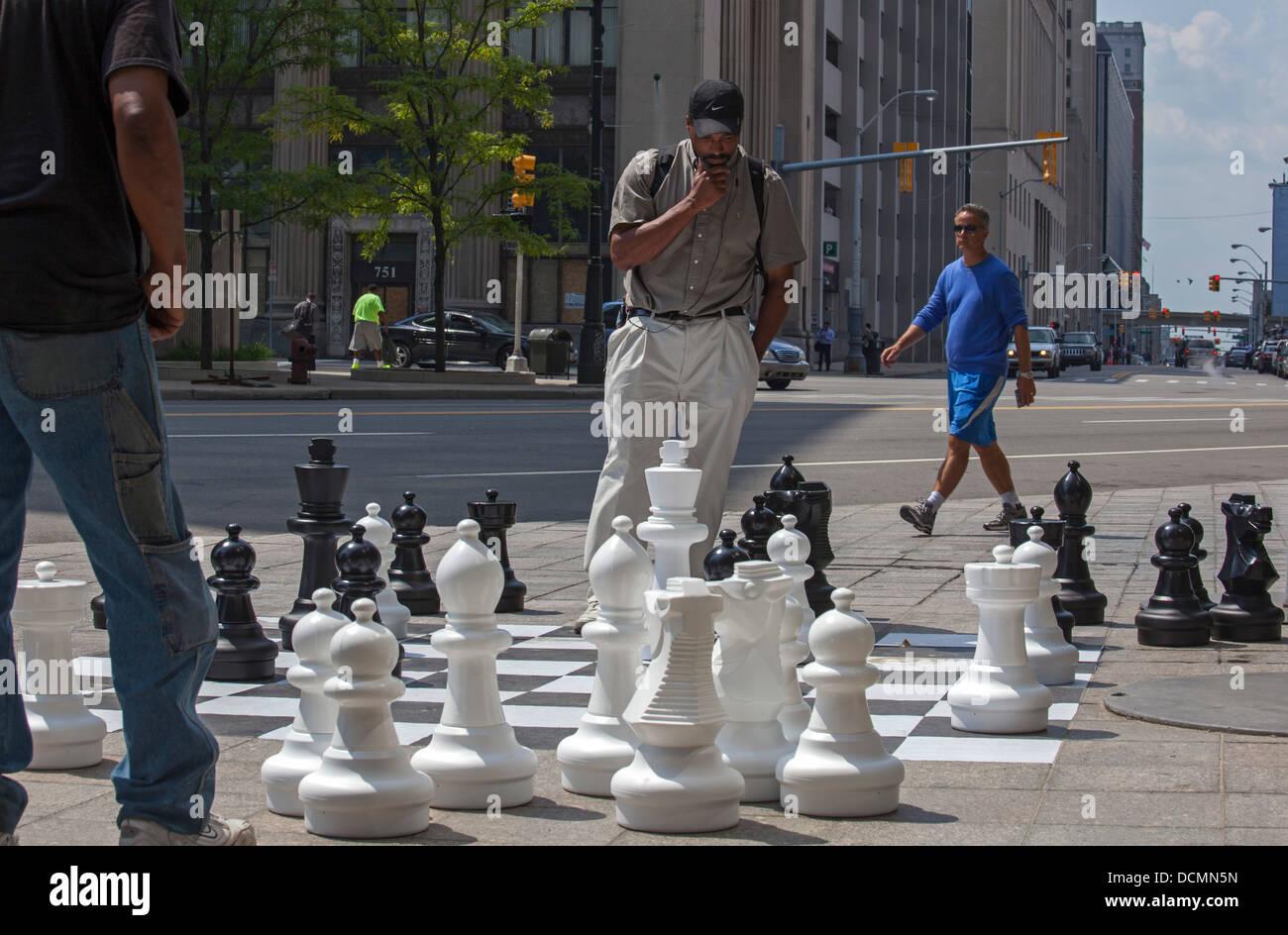 Detroit, Michigan - due uomini giocare a scacchi su un marciapiede scacchiera nel centro di Detroit. Immagini Stock