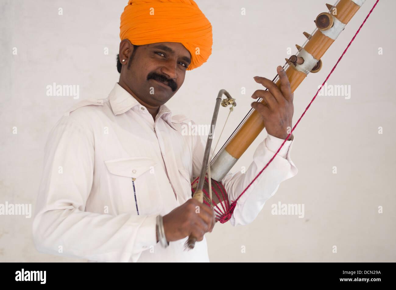 Uomo indiano con i tradizionali strumenti a corda Jodhpur, Rajashtan, India Immagini Stock