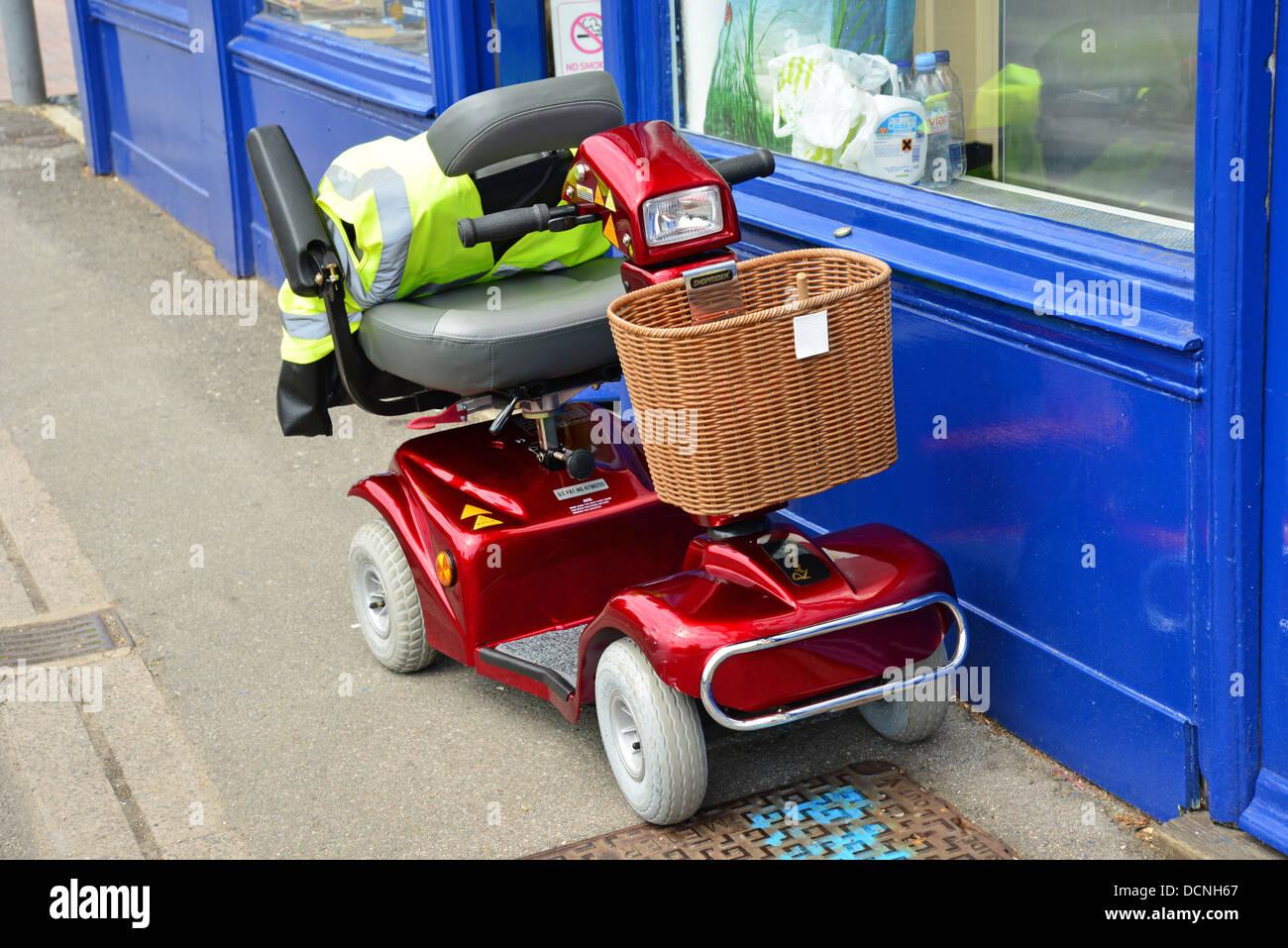 Scooter di mobilità al di fuori del negozio, Città Alta, Hereford, Herefordshire, England, Regno Unito Immagini Stock