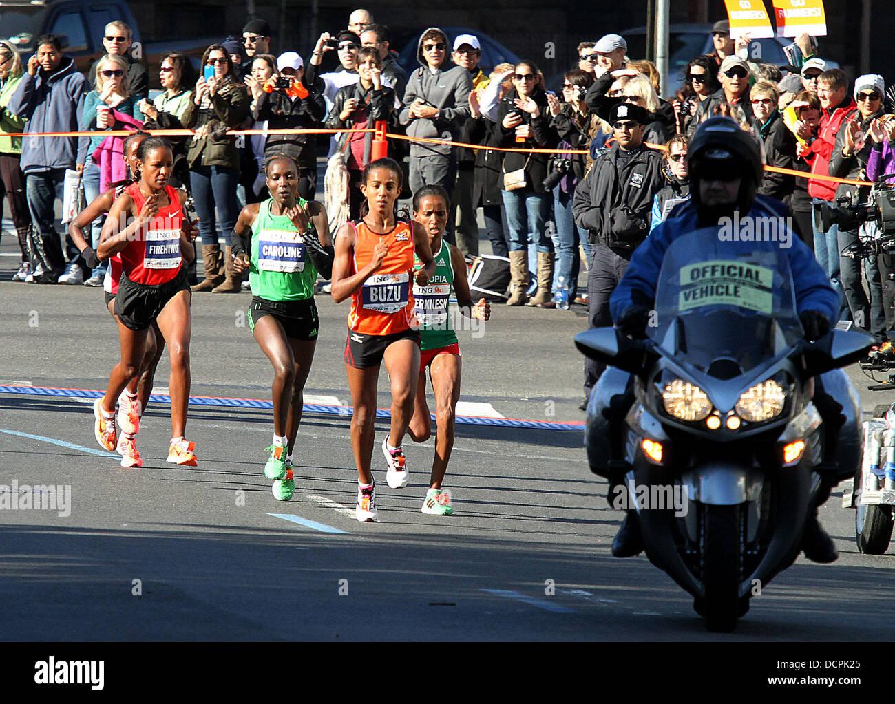 Firehiwot Dado di Etiopia (sinistra), la ING New York City Marathon New York City, Stati Uniti d'America - 06.11.11 Foto Stock