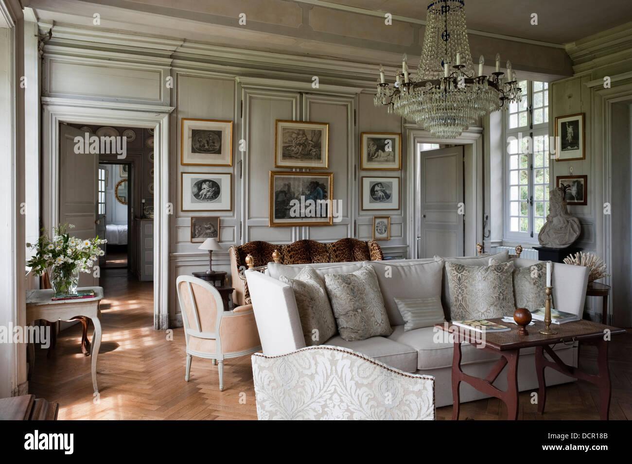 18c lampadario in un elegante salotto riempito con il for Salotto elegante