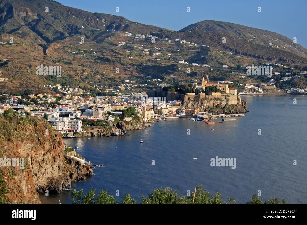 Vista della città e del litorale, Lipari, Isole Eolie o Lipari (Isole Eolie), Italia, Europa. Immagini Stock