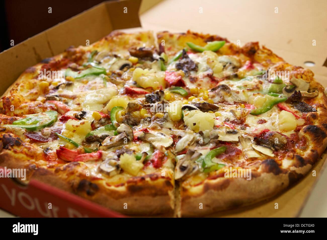 Misto di grandi dimensioni topping economici pizza da asporto Immagini Stock