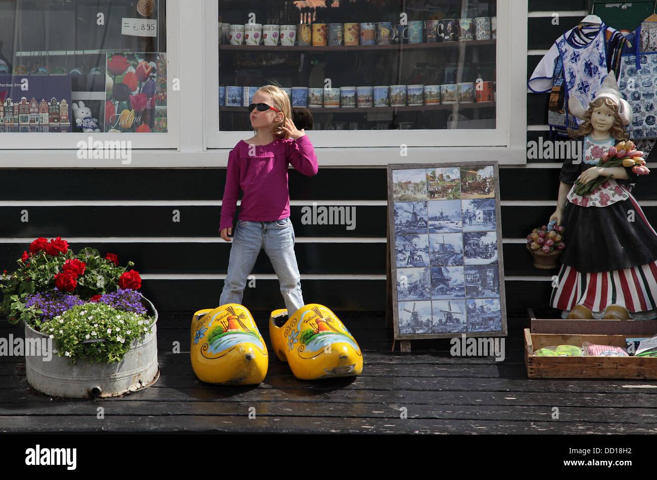 Holland .ragazza in grandi zoccoli.scarpe di legno. Immagini Stock
