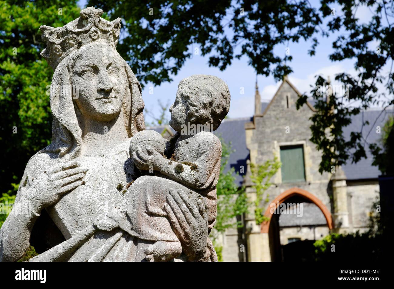 Statua,Quarr Abbey, Wooten Bridge, Ryde, Isle of Wight, Inghilterra, Regno Unito. Foto Stock
