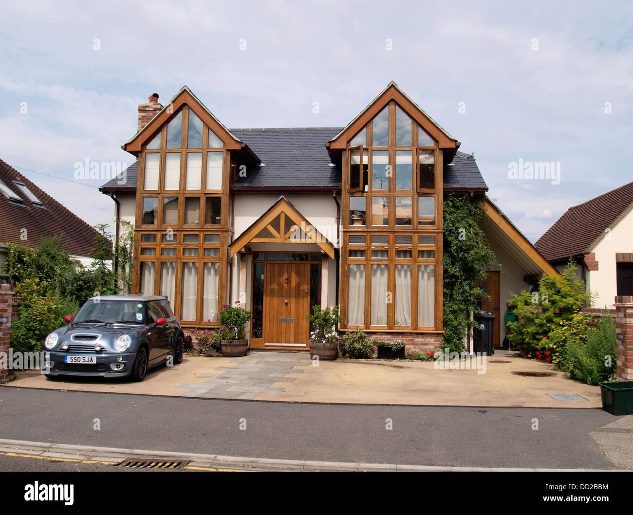 Casa moderna con grandi finestre, Regno Unito 2013 Immagini Stock