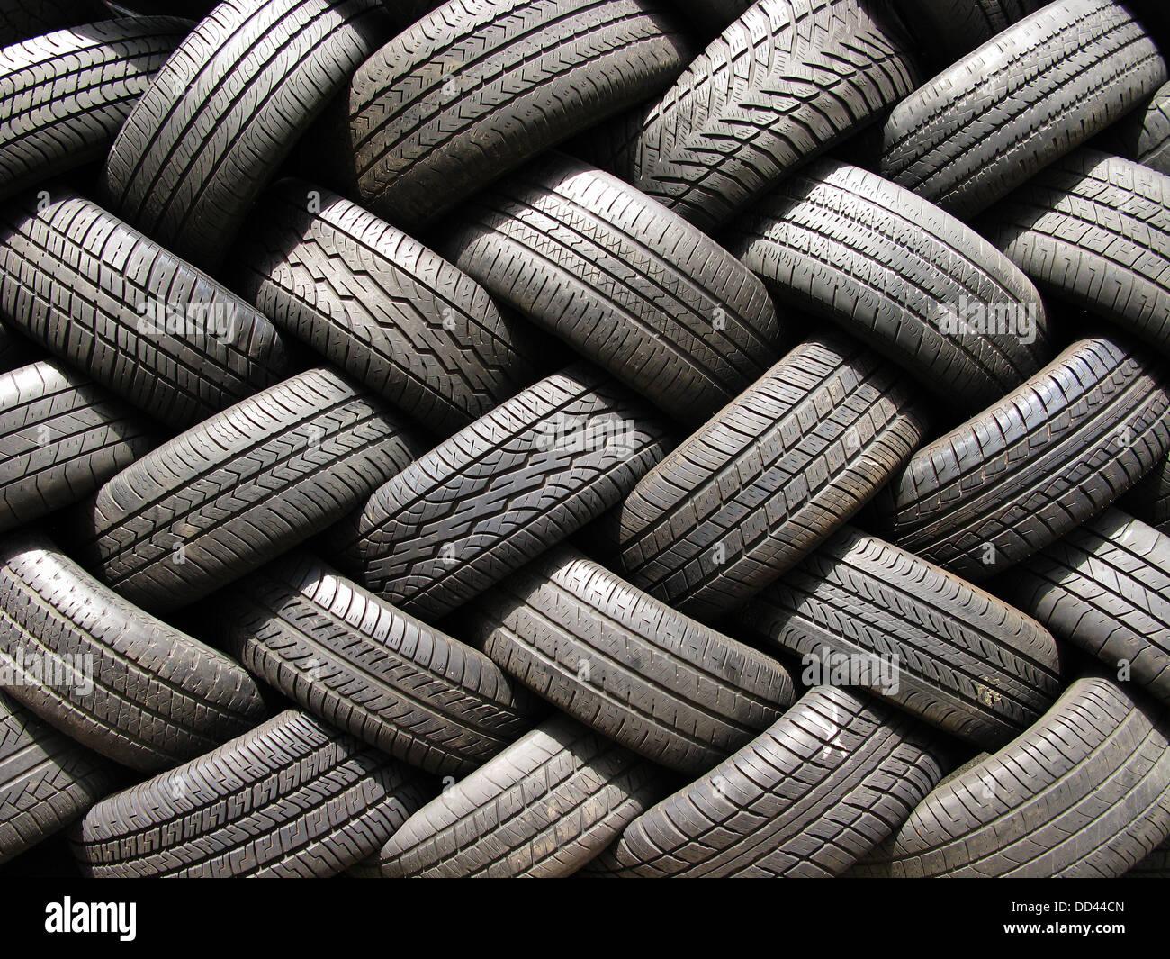 Una grande pila di utilizzato per autoveicoli Pneumatici per auto. Immagini Stock