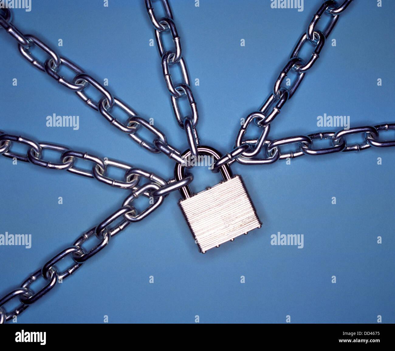 Un lucchetto in metallo detenuto da più catene metalliche. Sfondo blu Immagini Stock