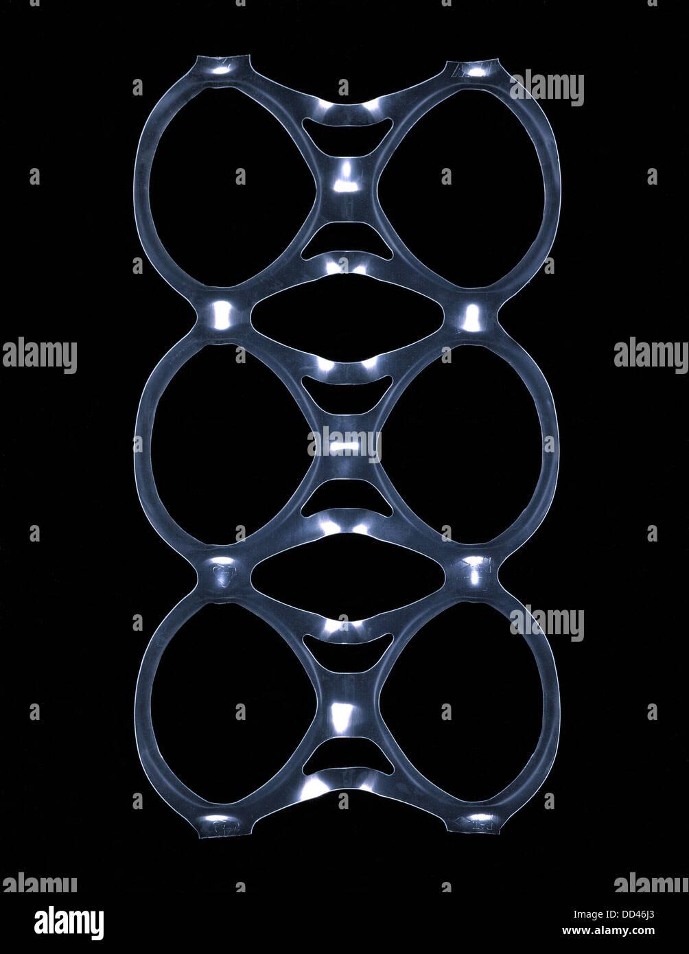 Anelli di plastica che trattengono i contenitori. Chiamato generalmente una confezione da sei anello. Immagini Stock