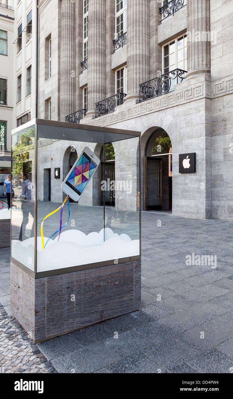 Caso di visualizzazione con i-phone al di fuori dell'Apple Store - Kurfürstendamm di Berlino Immagini Stock
