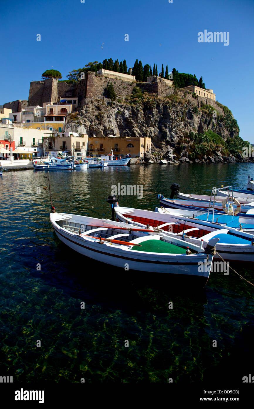 Vista del piccolo villaggio sul mare di Lipari, Eolie, isole Eolie, in Sicilia, Sicilia, Italia, Italia Immagini Stock