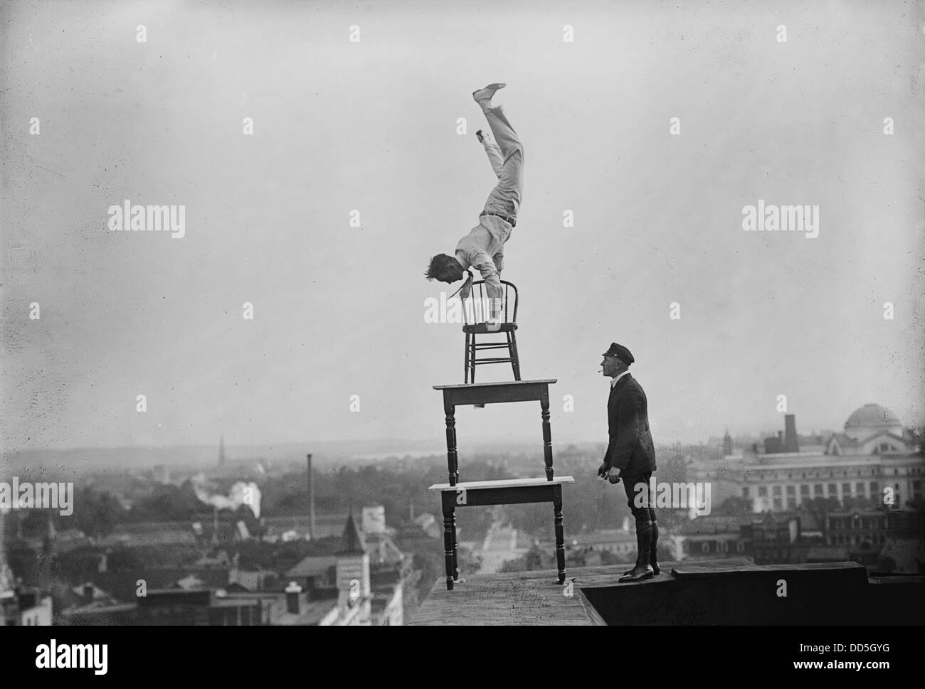 Jammie Reynolds, bilanciamento sulla su sedie sul bordo di un tetto in Washington, DC ca. 1921 Immagini Stock