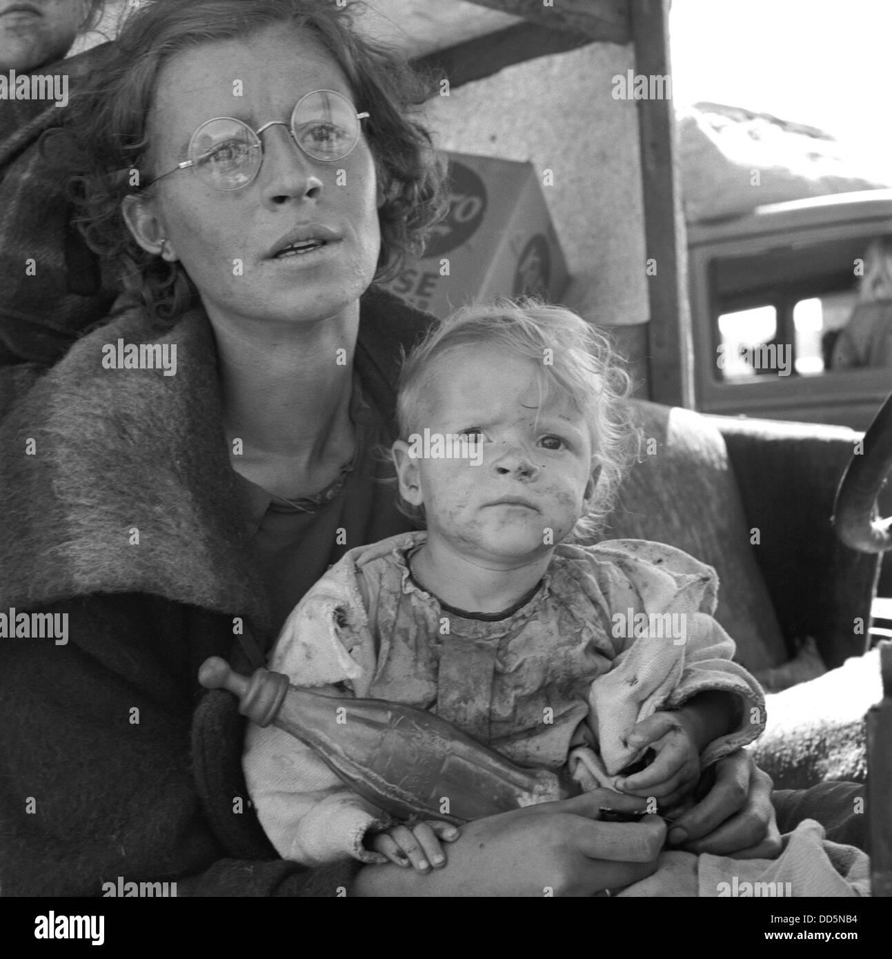 La madre e il bambino della famiglia migrante, Tulelake, California, Sett. 1939. Foto di Dorothea Lange. (BSLOC Immagini Stock