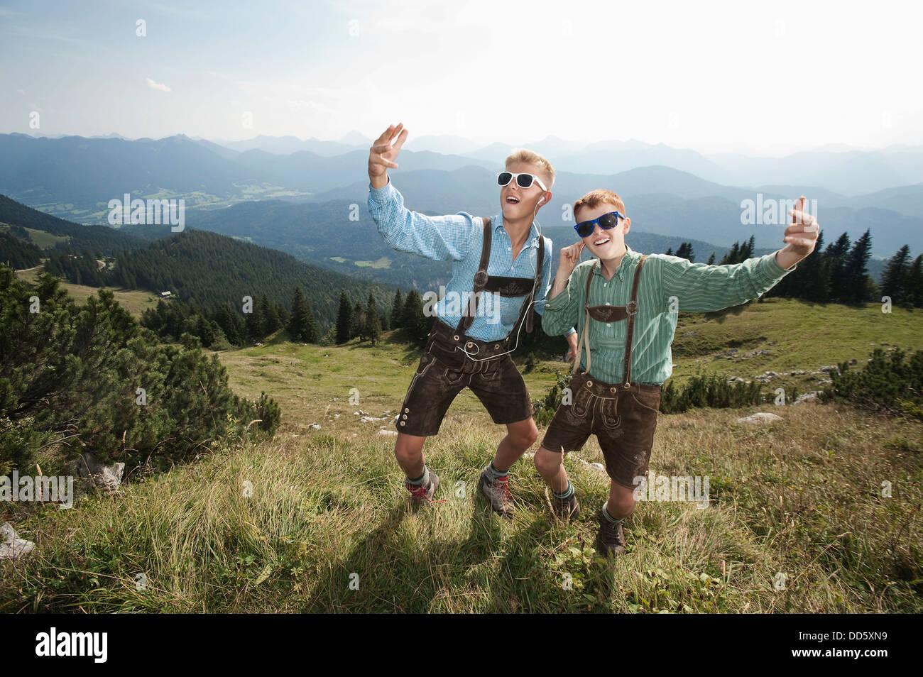 In Germania, in Baviera, due ragazzi in abbigliamento tradizionale ingannare intorno in montagna Immagini Stock