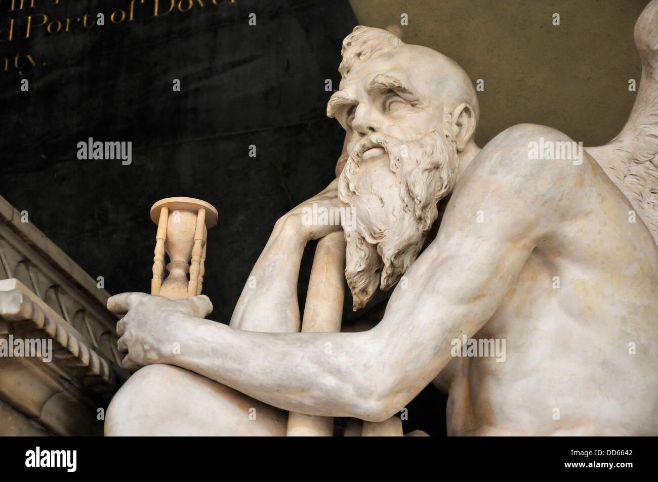 Rochester, Kent, Inghilterra, Regno Unito. Rochester Cathedral. Statua - il vecchio padre tempo (1793, realizzato Immagini Stock