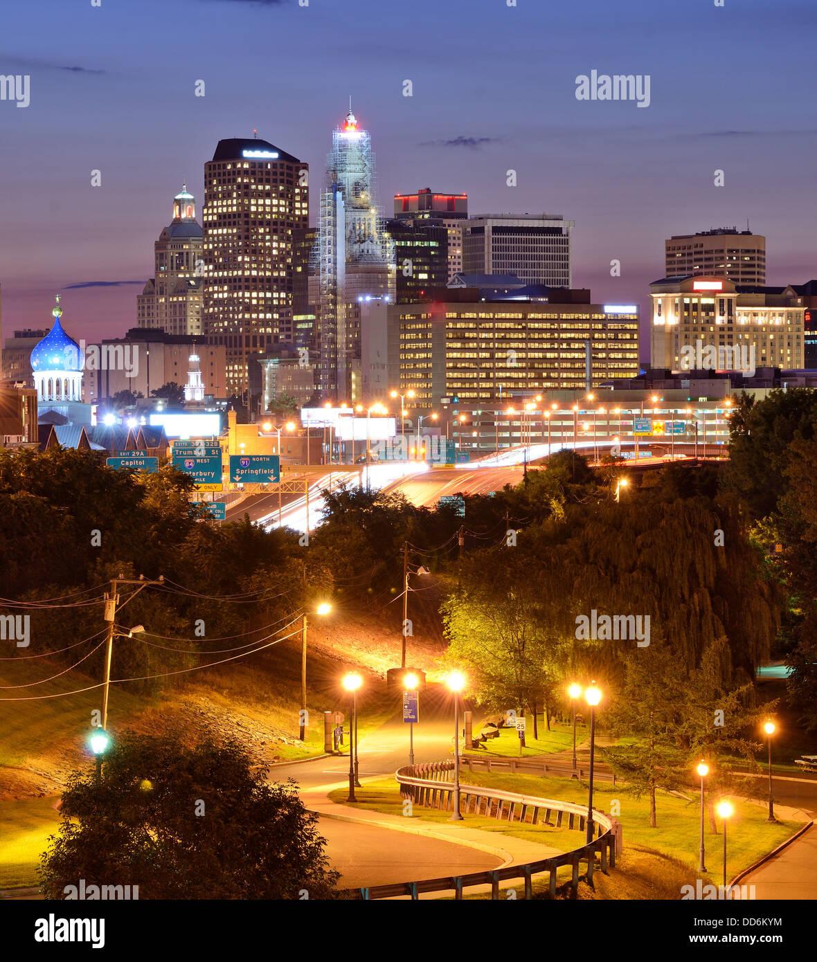 Skyline del centro di Hartford, Connecticut dal di sopra Charter Oak sbarco. Immagini Stock