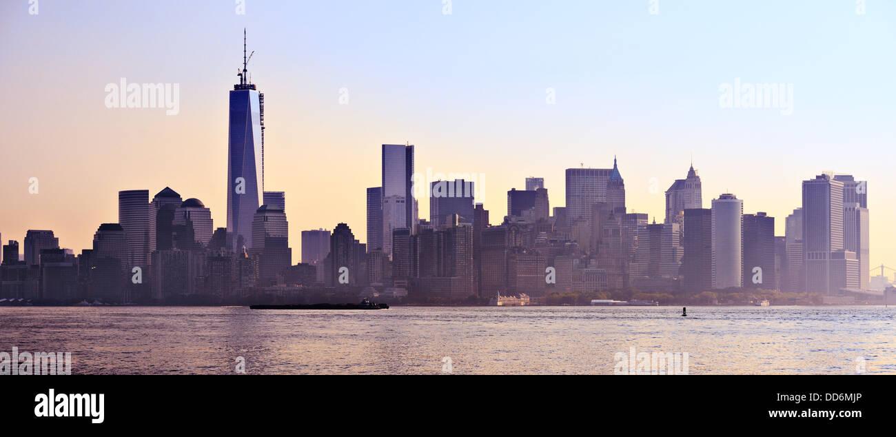 New York City Panorama spanning da Lower Manhattan a Brooklyn attraverso l'East River. Immagini Stock