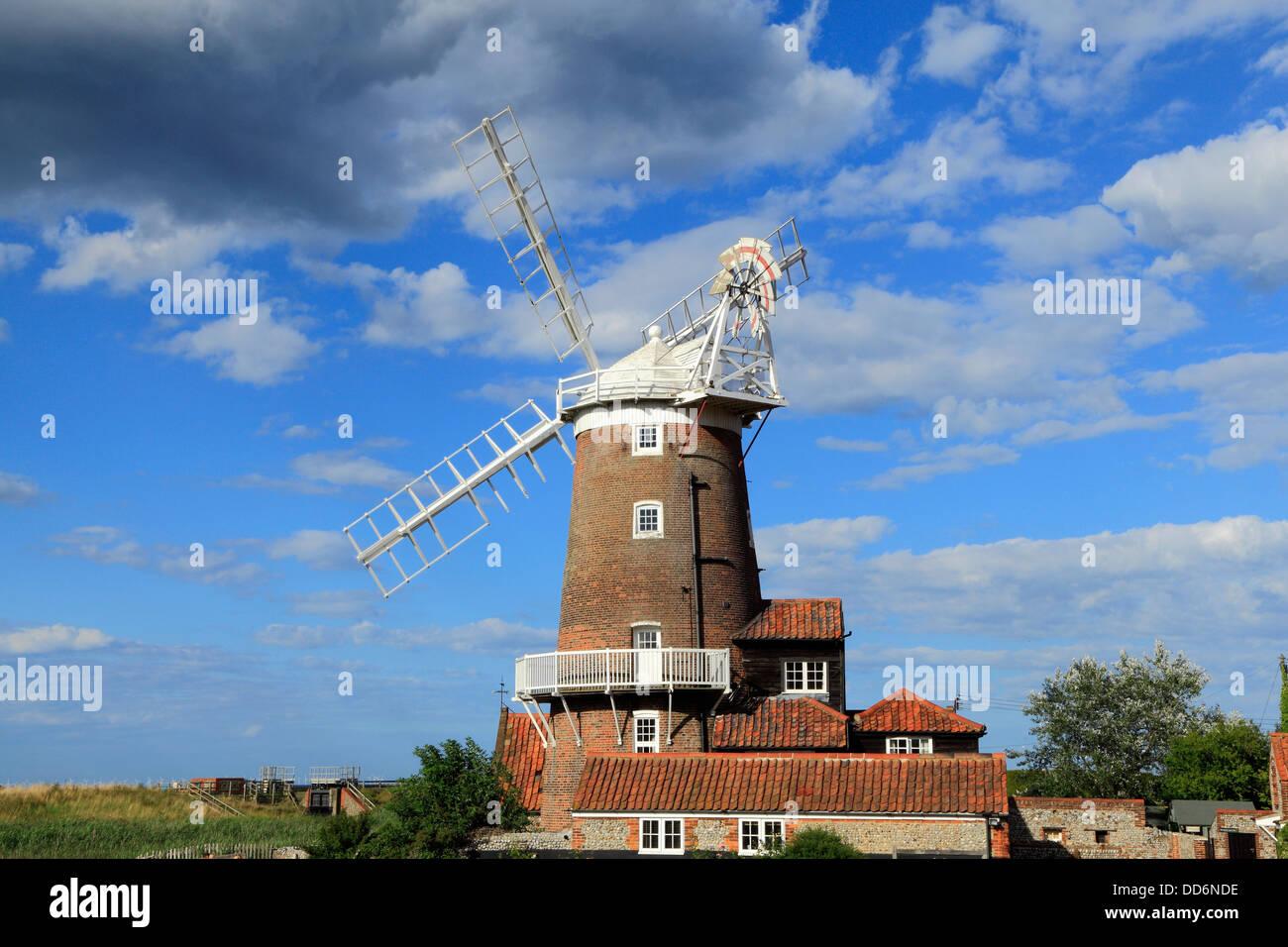 Cley accanto al mare, torre in mattoni e il mulino a vento di cappuccio, Norfolk, Inghilterra Inglese Regno Unito Immagini Stock