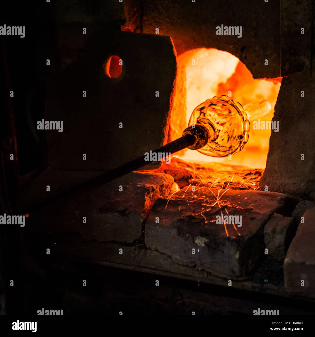 La produzione di vetro in un forno di Murano Immagini Stock