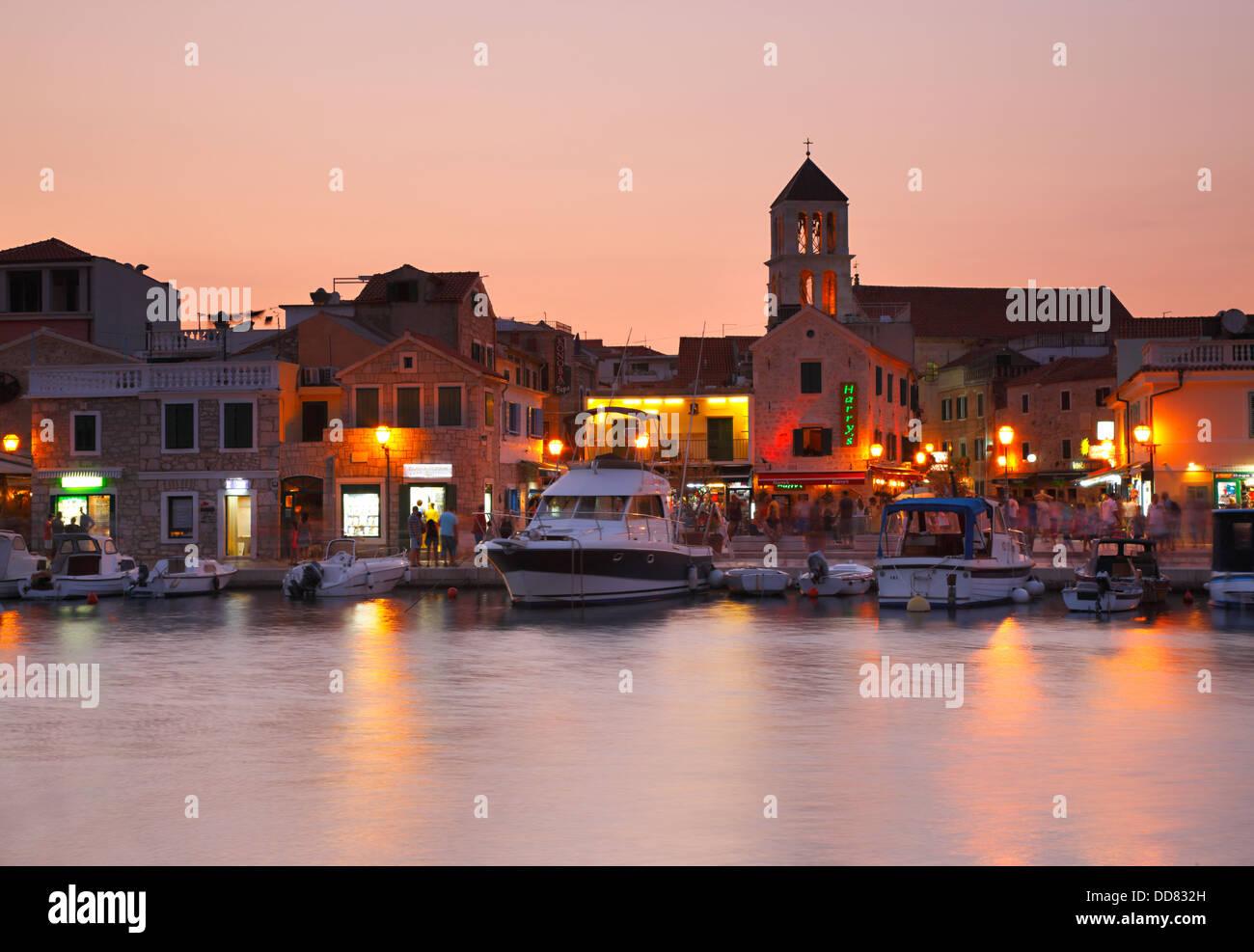 Vodice cittadina di notte, Croazia Immagini Stock