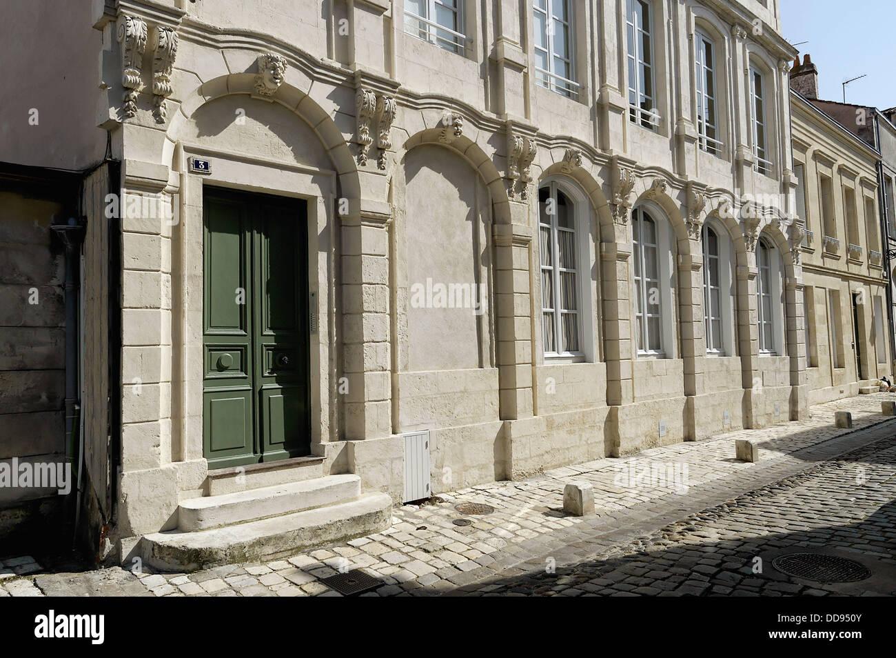 Il soberness e nobiltà del XVIII secolo dagli armatori case. La città di La Rochelle. Porto fortificato Immagini Stock
