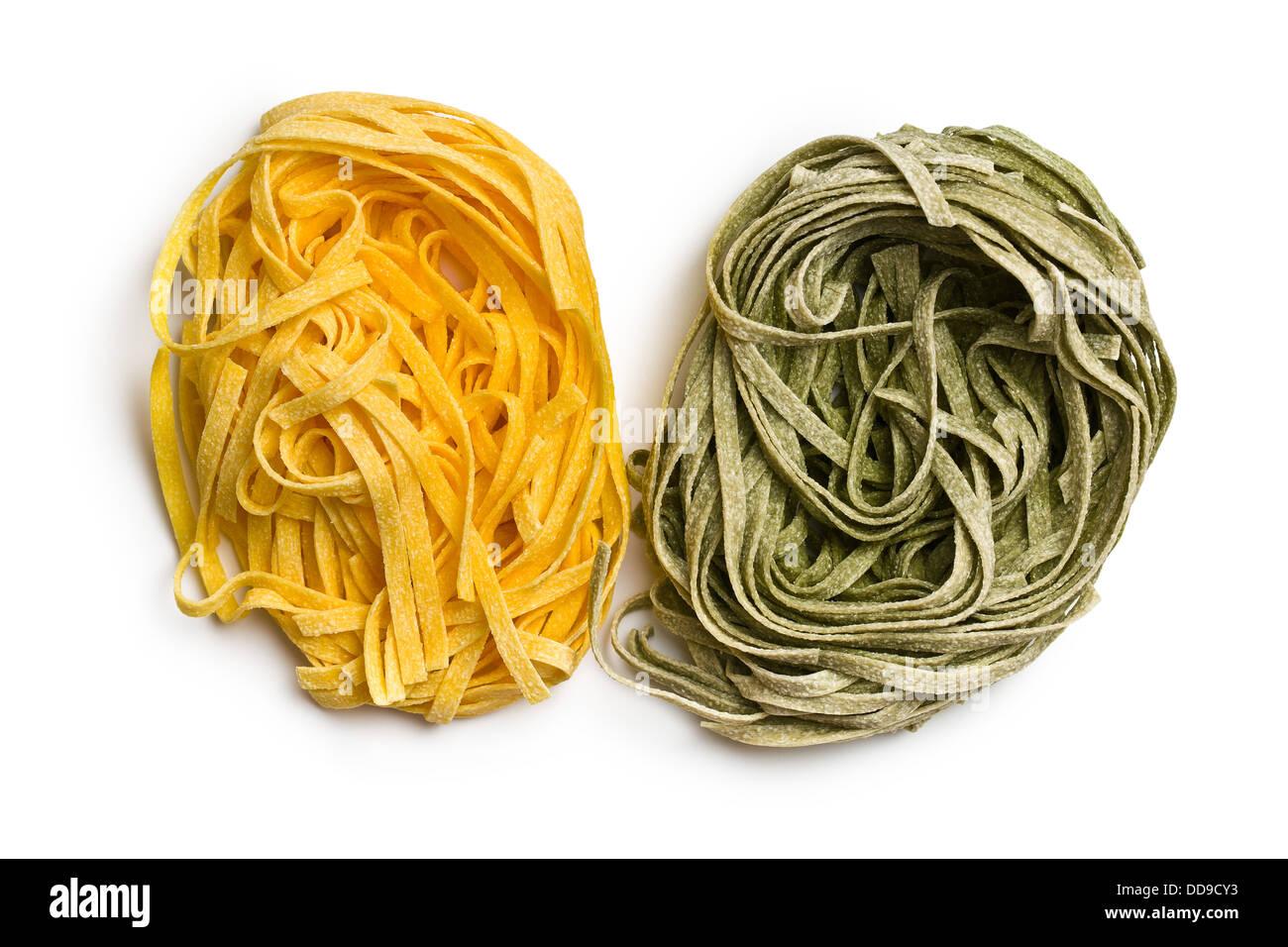 La pasta italiana Le tagliatelle su sfondo bianco Immagini Stock