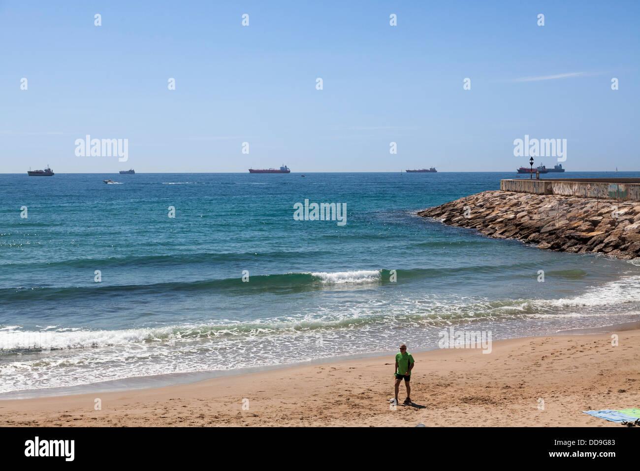 Spiaggia di Tarragona con shipplin sull orizzonte Immagini Stock