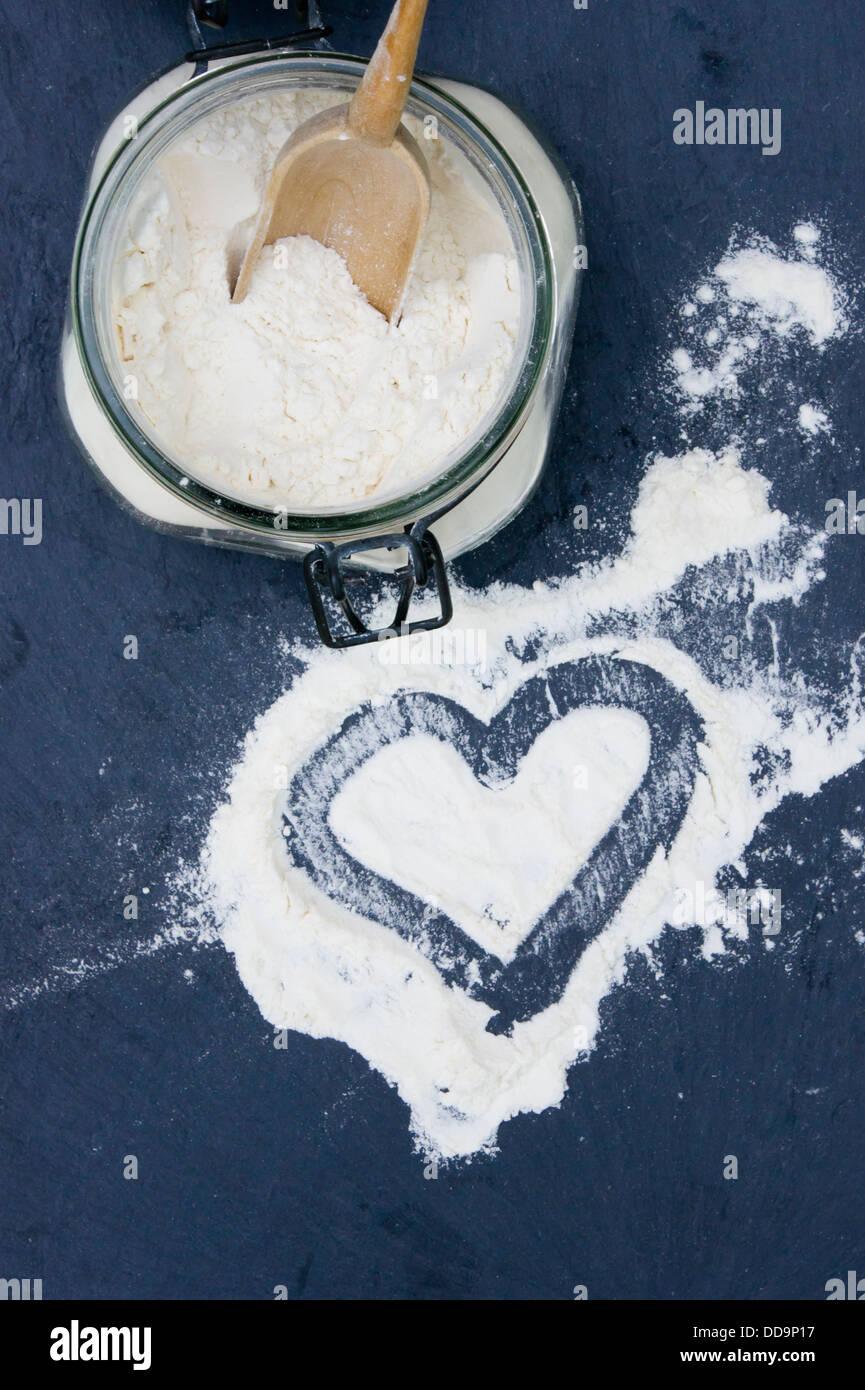 A forma di cuore fatta di farina di grano tenero, close up Immagini Stock