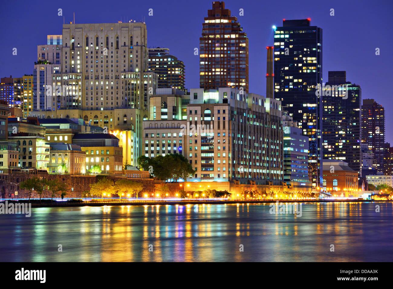 Upper East Side di New York skyline della città visto da tutta l'East River. Immagini Stock