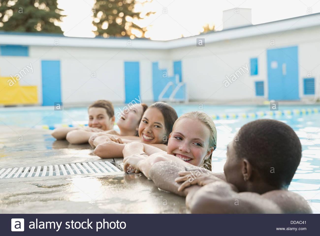 Un gruppo di adolescenti di nuoto Immagini Stock