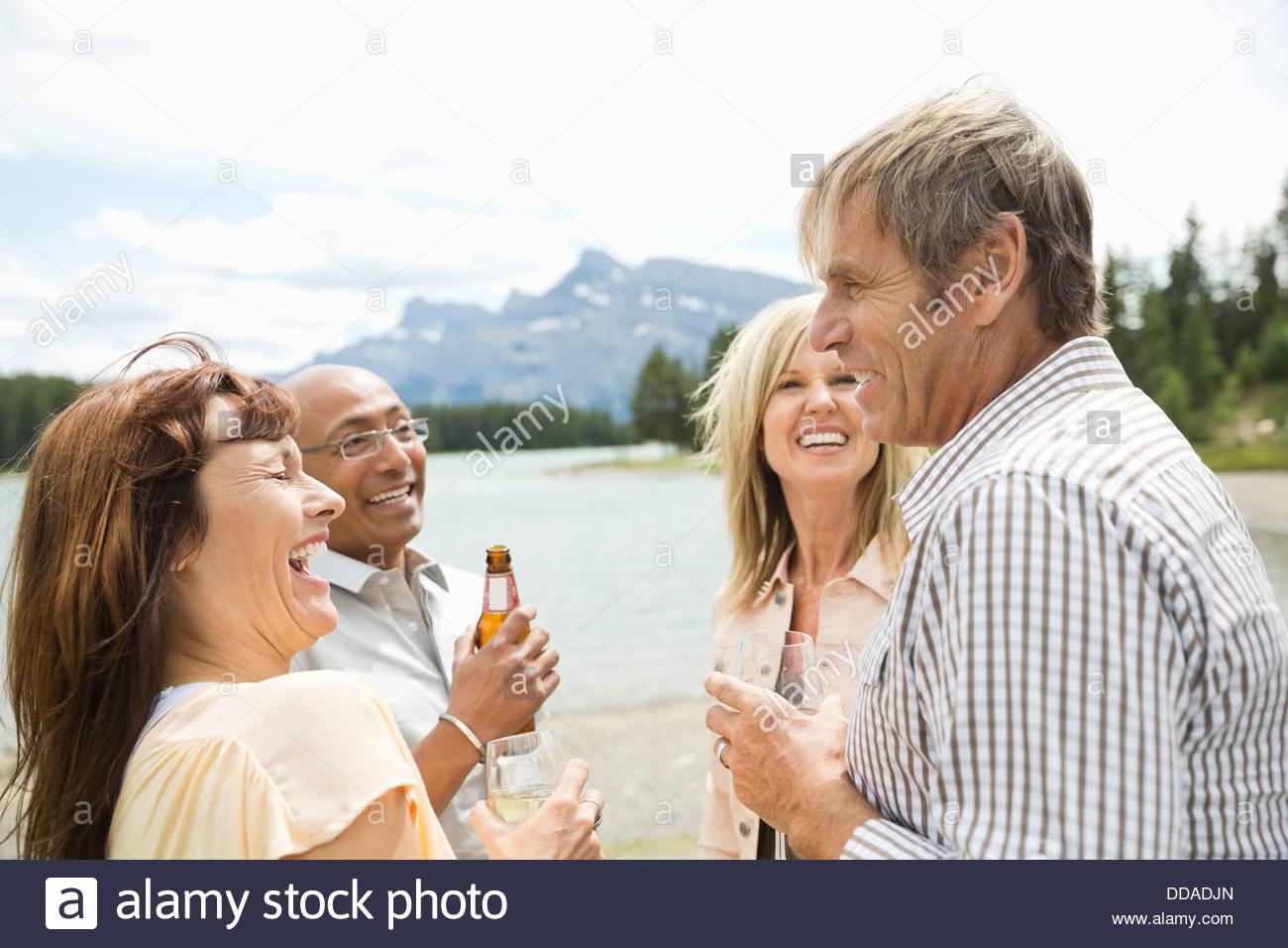 Coppia matura con bevande socializzazione all'aperto Immagini Stock
