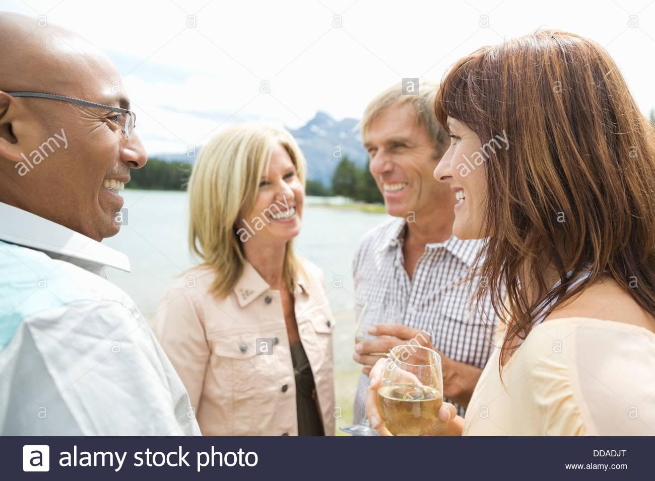 Coppia di amici con bevande socializzazione all'aperto Immagini Stock