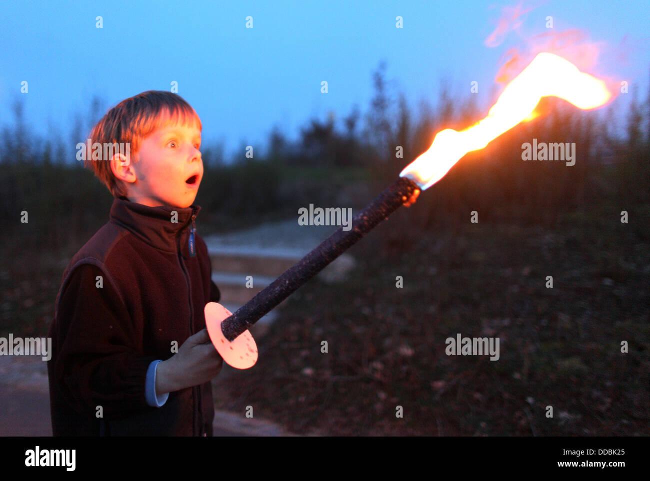 Waren, Germania, il ragazzo sguardi stupiti su una torcia Immagini Stock