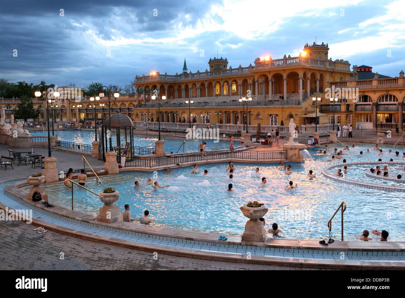 Budapest, Ungheria Szechenyi bagni termali di sera Foto & Immagine ...