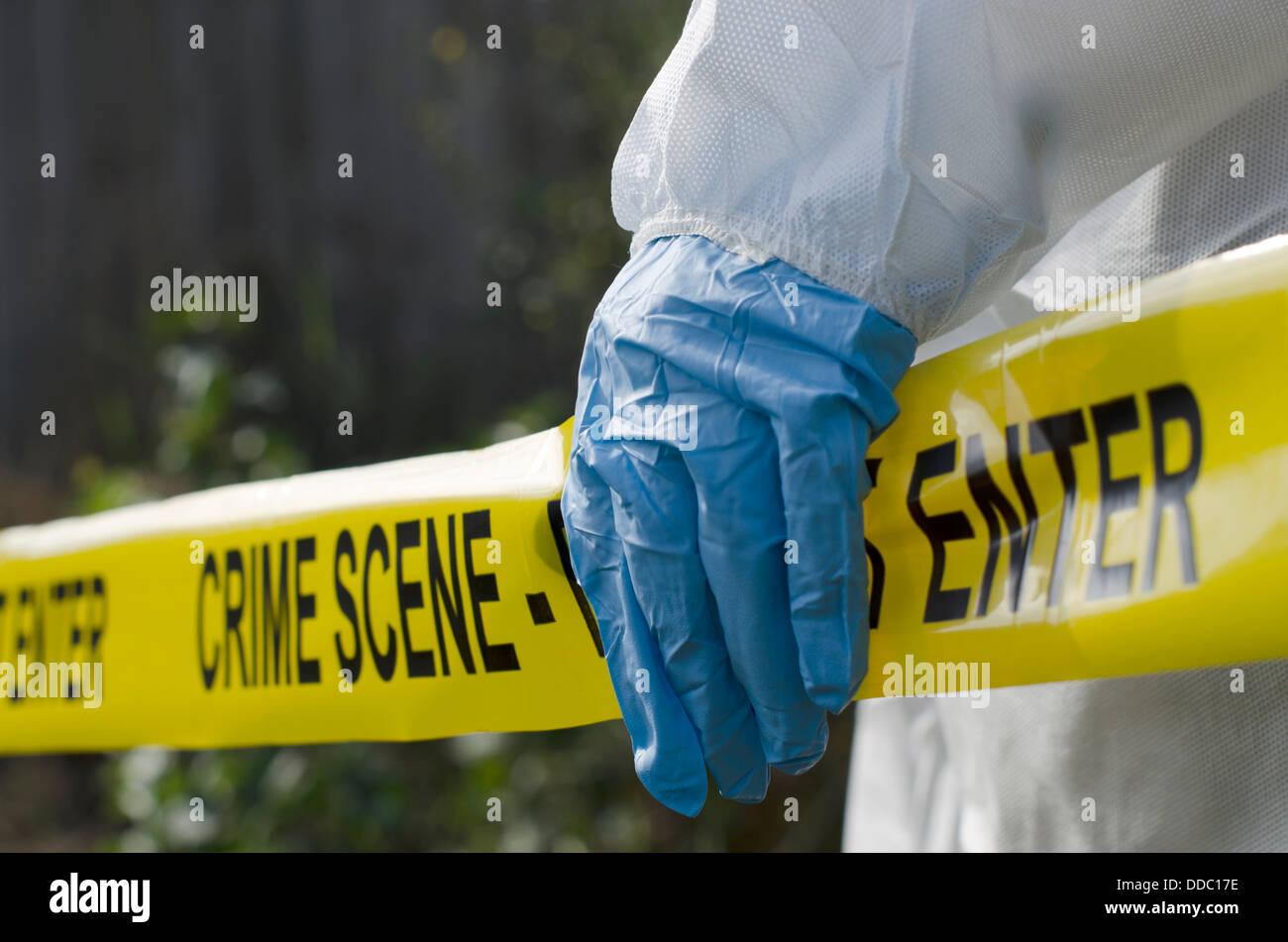 Forensic investigator funzionante a una scena del crimine Immagini Stock