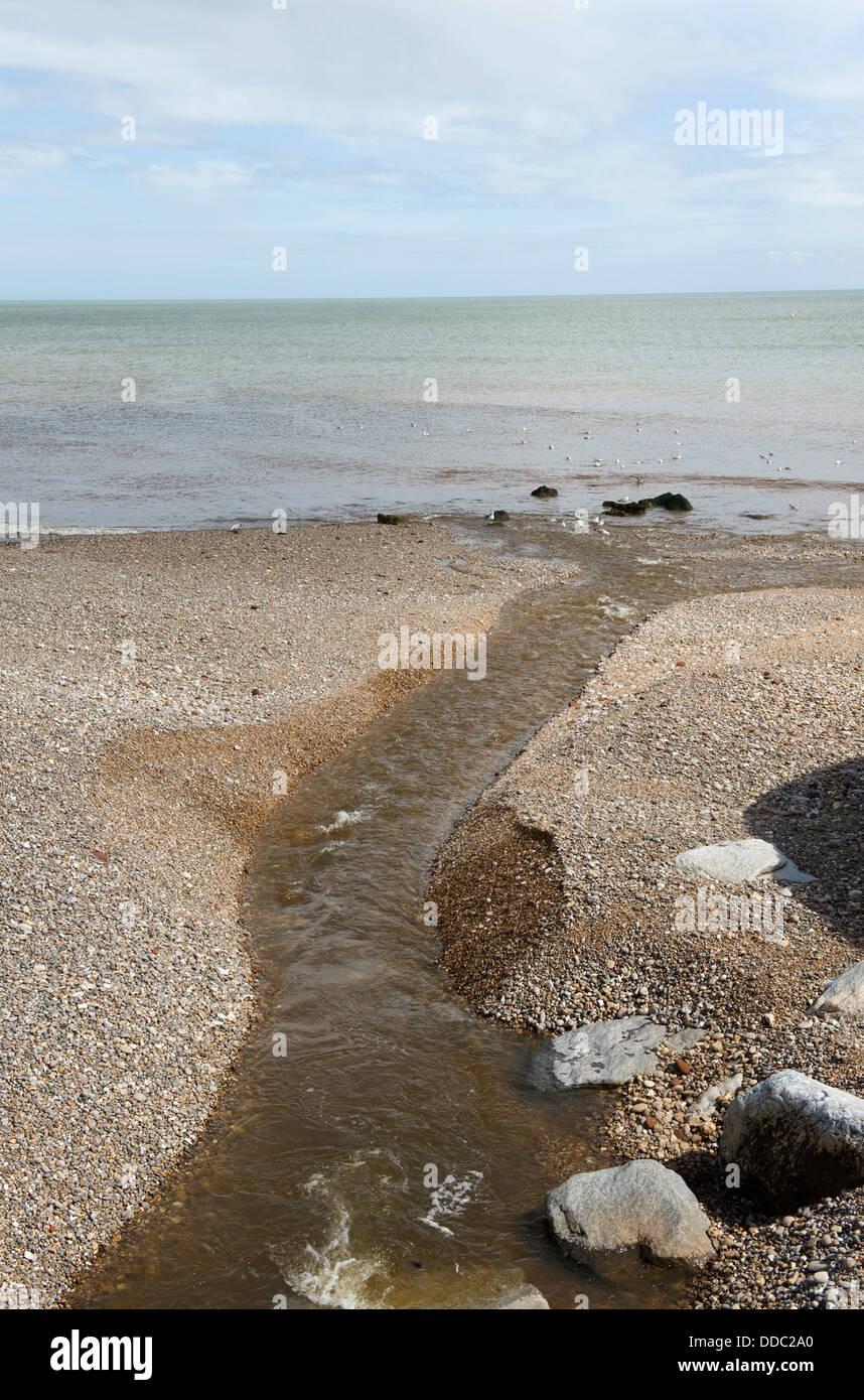 Uscita del Fiume Sid sulla spiaggia di ciottoli di Sidmouth in Devon Foto Stock