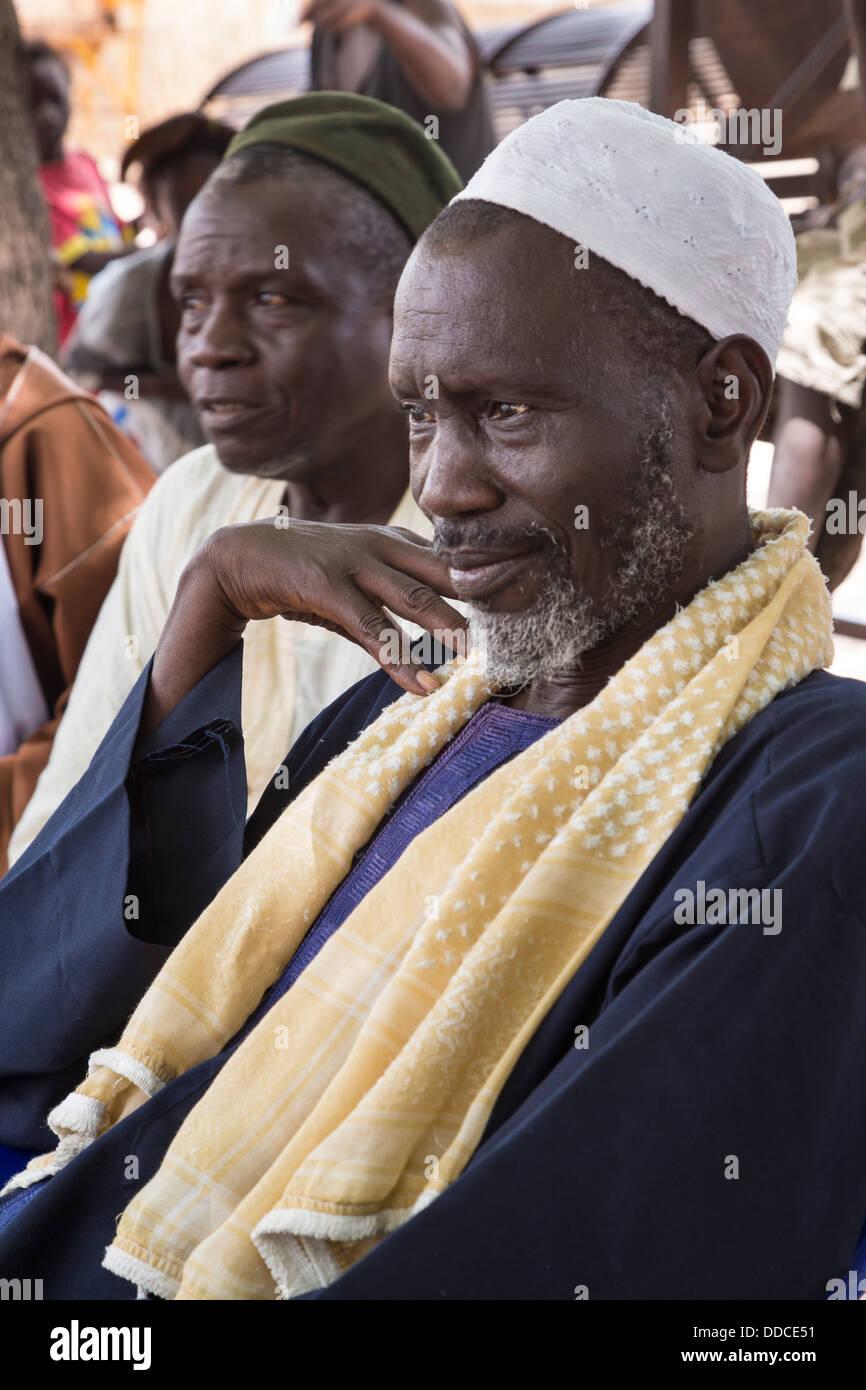 Il Wolof-senegalese che parla agli uomini per partecipare a una riunione di microcredito a Djilor, un Wolof Village, Immagini Stock