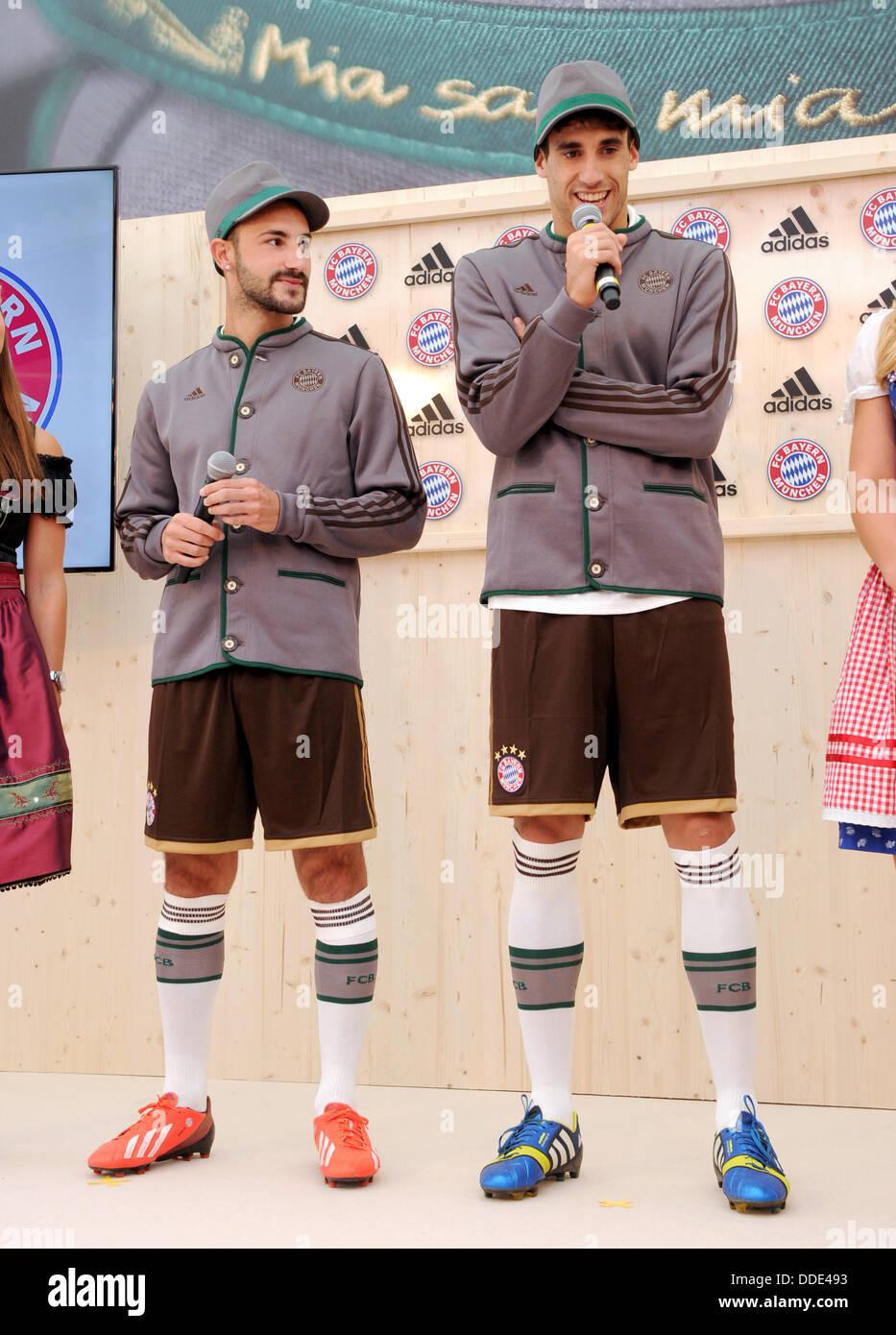Javier Martinez (R) e Diego Contento di calcio tedesco lato FC Bayern Monaco pone durante la presentazione del nuovo Immagini Stock