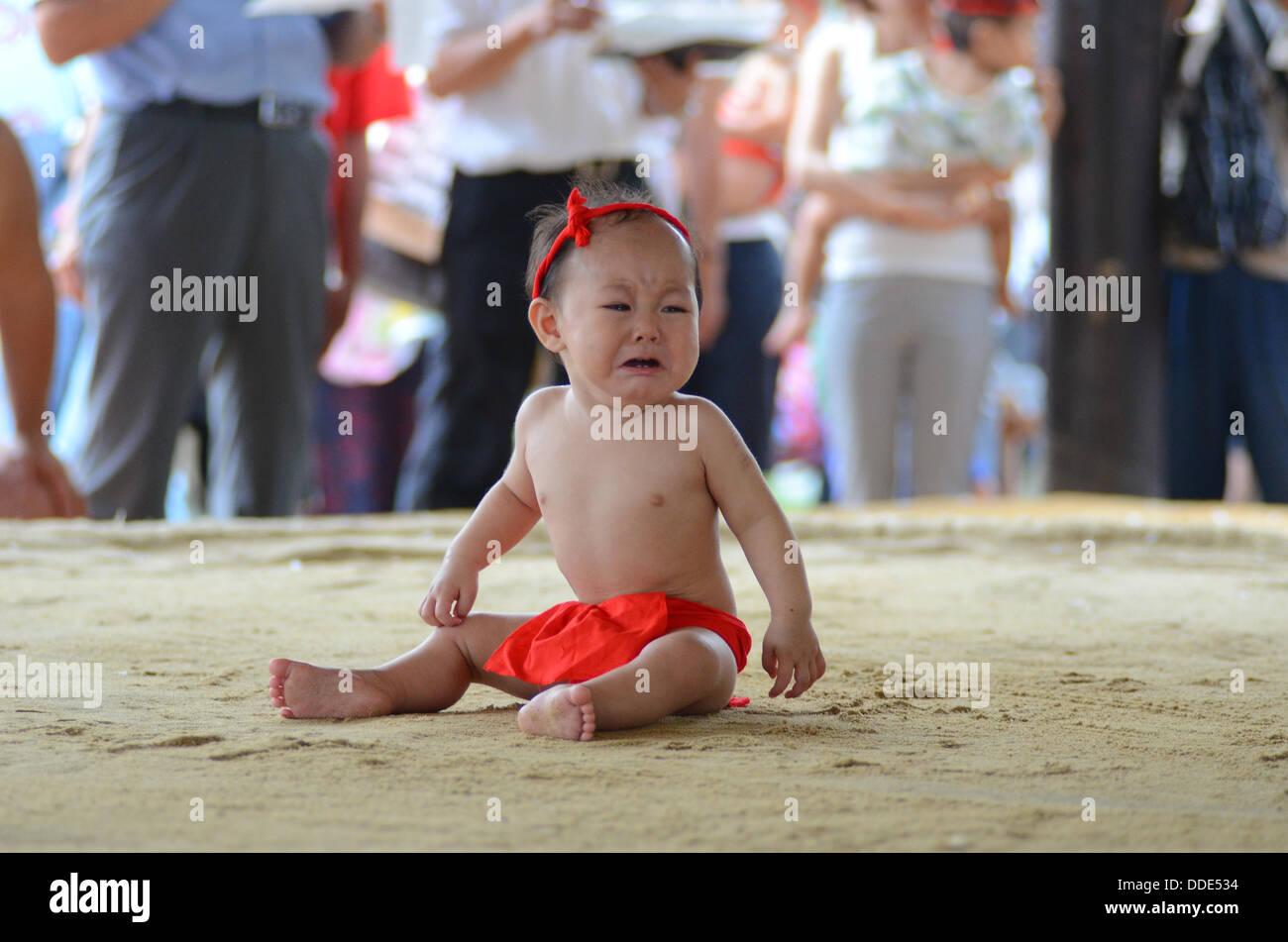 Lottatori e neonati prendere parte a un evento di sumo a Matsuo Taisha a Kyoto, in Giappone. Immagini Stock