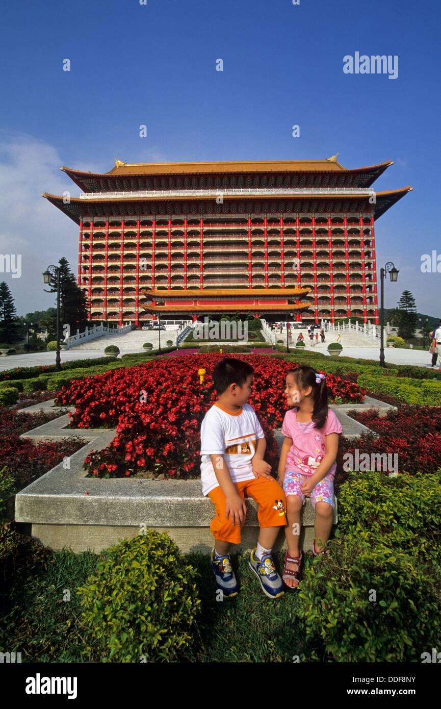 I bambini di fronte al Grand Hotel Costruito nel 1952 da Chiang Kai-shek ad accogliere gli ambasciatori stranieri Immagini Stock