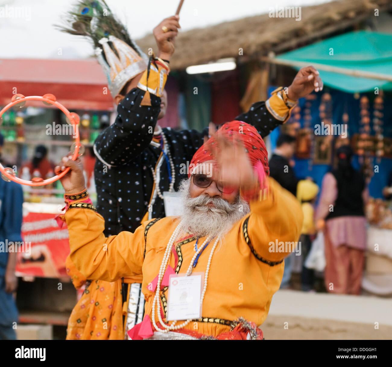 Due uomini dancing at Surajkund Mela, Faridabad, Haryana, India Immagini Stock