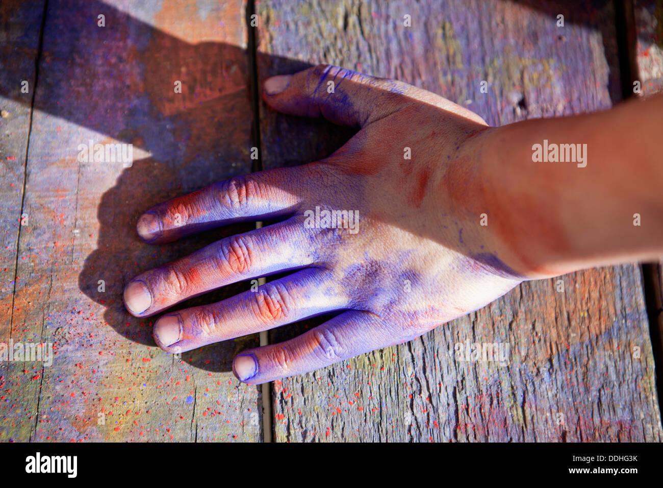 In Germania, in Renania settentrionale-Vestfalia, Colonia, mano umana coperta con colore, close up Immagini Stock