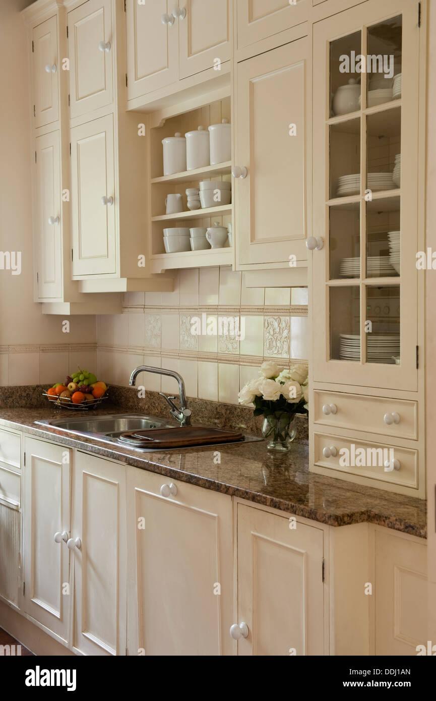 Un piano di lavoro in marmo granito circondato da cucina in legno ...