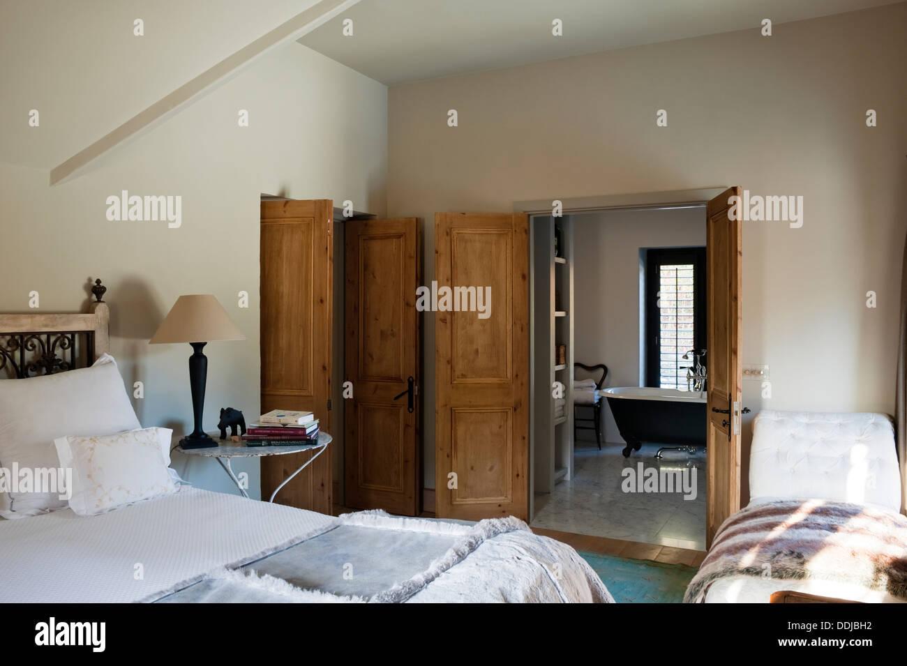 Camere Con Divano Letto : Camera master suite con divano letto e vista attraverso al bagno