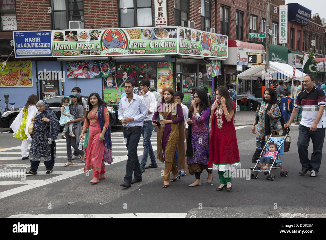 Immigrato pakistano Neighbourhood durante il Pakistan indipendenza celebrazioni a Brooklyn, New York. Immagini Stock