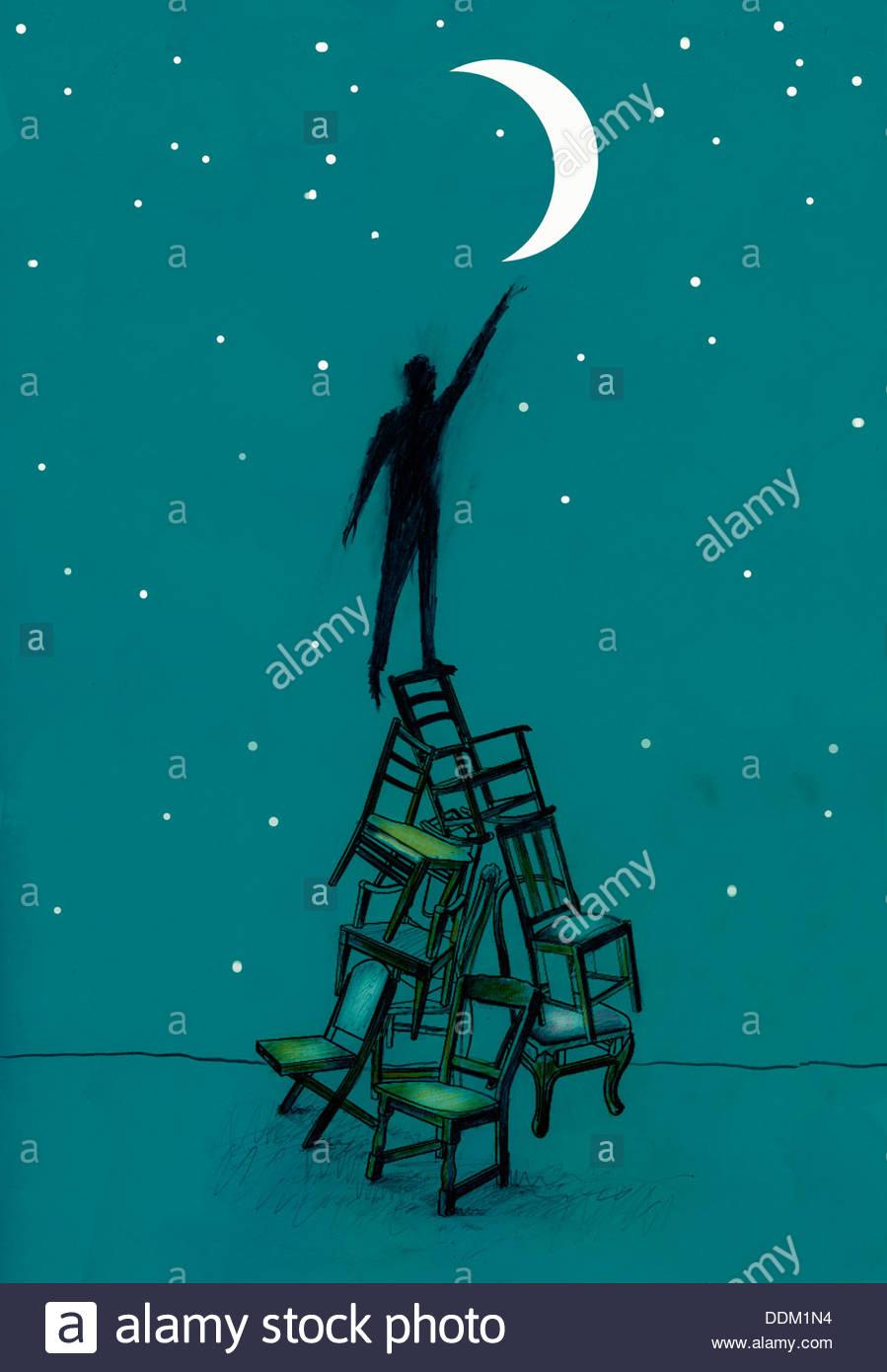 Uomo su sedie impilate raggiungendo per la mezzaluna Immagini Stock