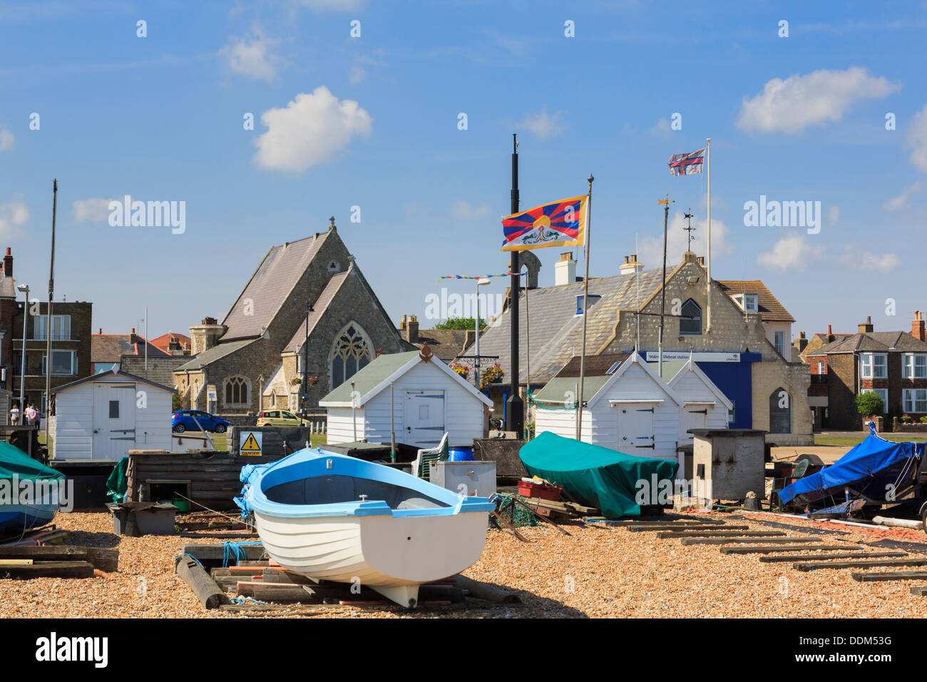 Barche e cabine sulla spiaggia Walmer sulla costa sud a Deal, Kent, Inghilterra, Regno Unito, Gran Bretagna Immagini Stock