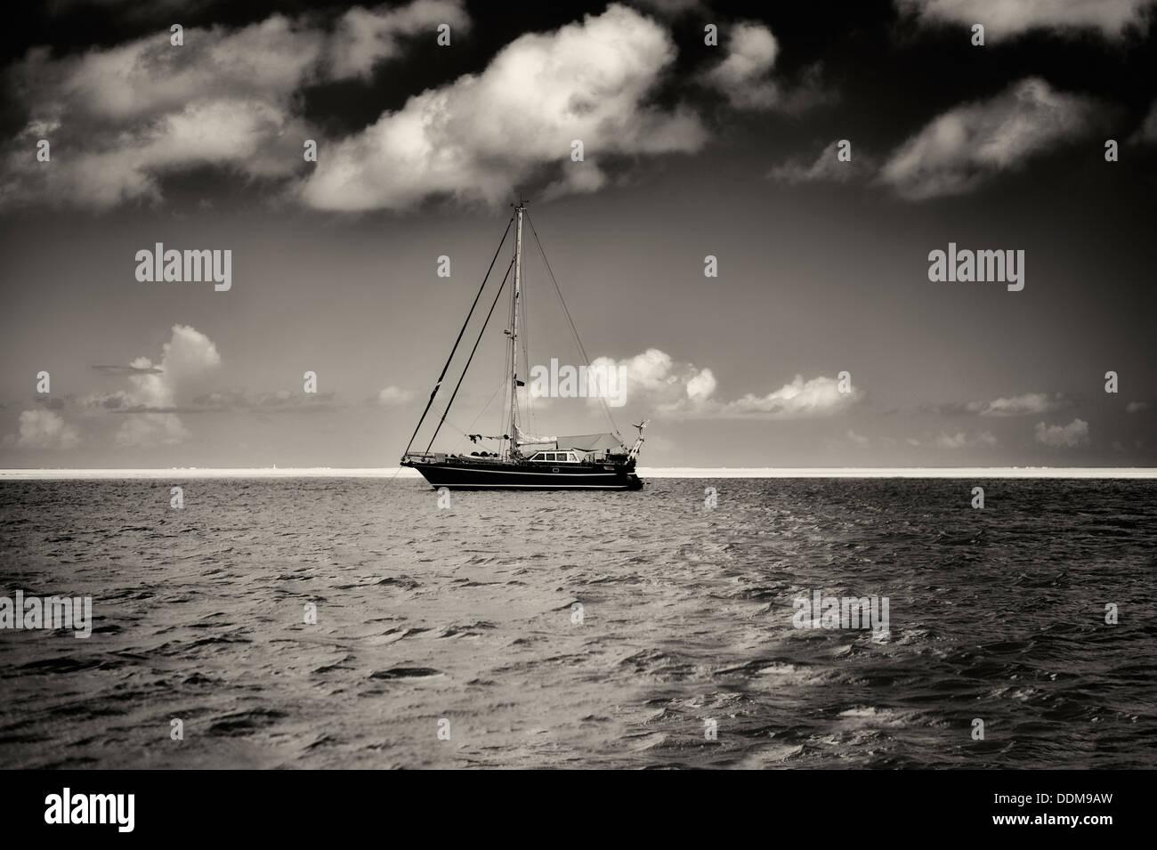 Piccola barca a vela in Bora Bora. Polinesia francese Immagini Stock