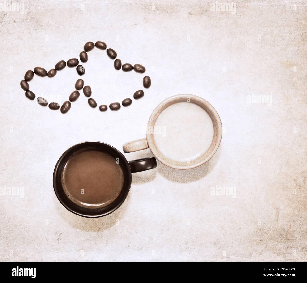Le opere in stile grunge, due tazze di caffè e di cuore i simboli dei chicchi di caffè Foto Stock
