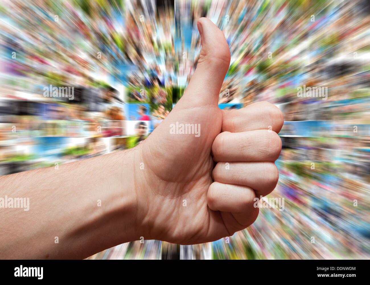 Social media come concetto con la mano in simili o pollice in alto segno Immagini Stock